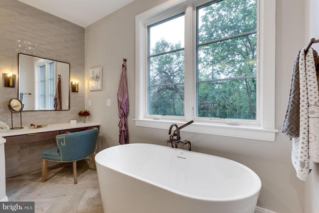 Bath (Master) - 6404 19TH ST N, ARLINGTON