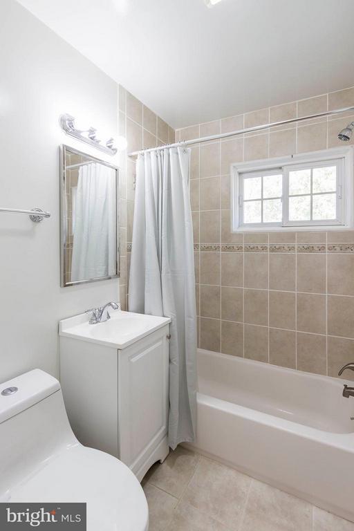 Recently renovated bathroom - 6123 ALGONA CT, ALEXANDRIA