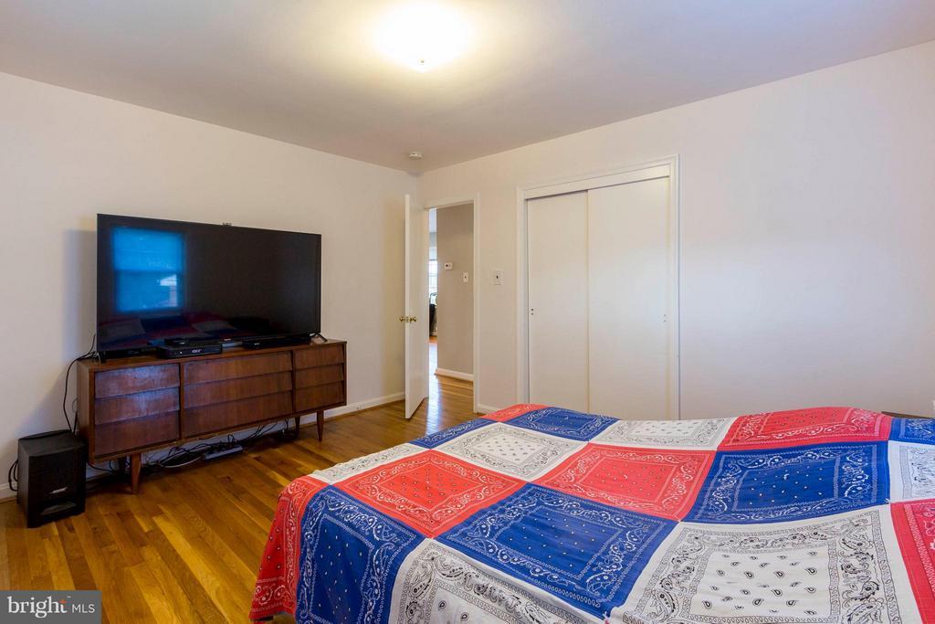 Hardwood floors throughout upper level - 6123 ALGONA CT, ALEXANDRIA