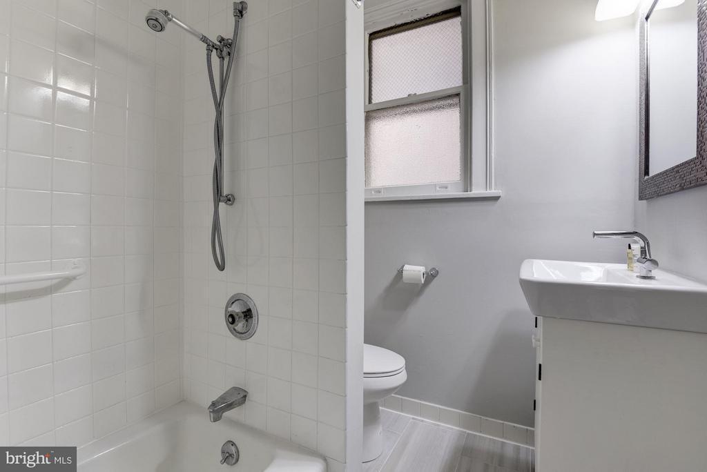 Bath - 516 A ST NE #203, WASHINGTON