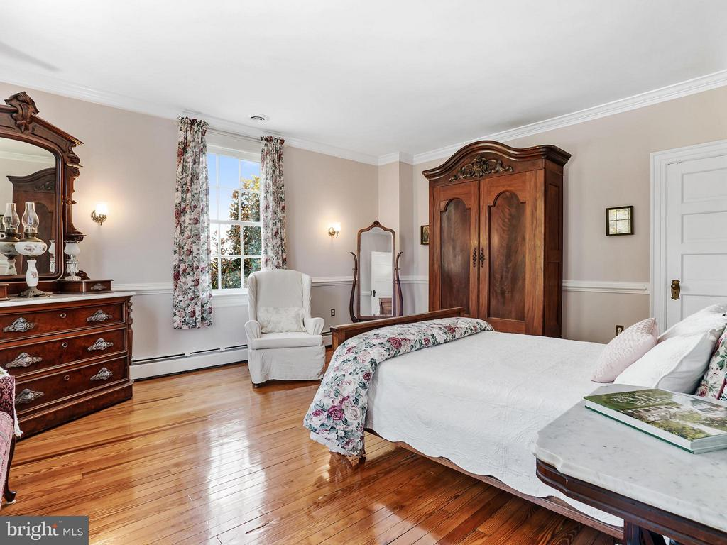 Front Corner Bedroom...cozy & spacious - 35175 SNICKERSVILLE TPKE, ROUND HILL