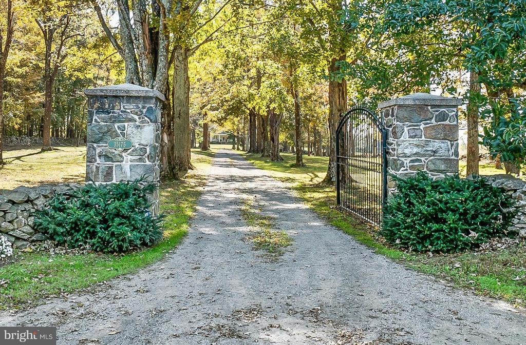 Gated Entry, 100 Yr Maples & Stone Fencing - 35175 SNICKERSVILLE TPKE, ROUND HILL