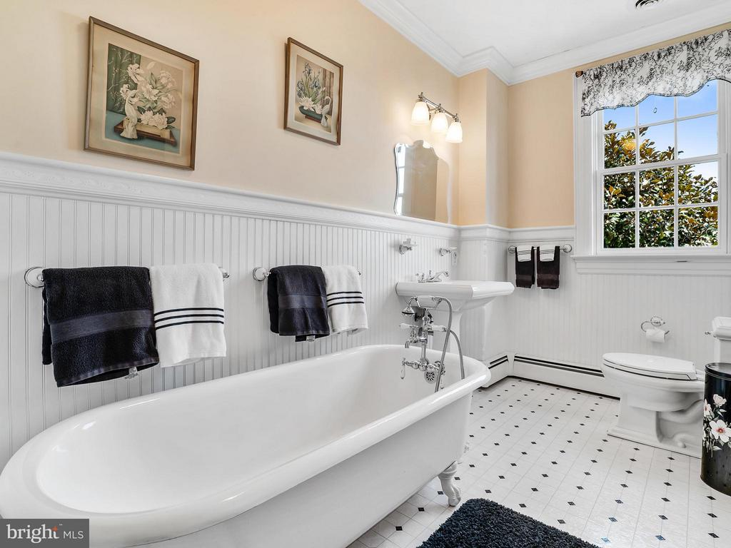 Guests will love to soak in this Original 6FT Tub - 35175 SNICKERSVILLE TPKE, ROUND HILL