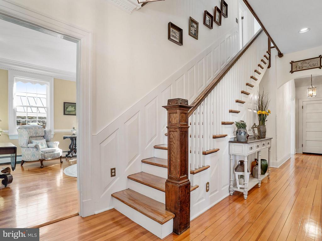Foyer reveals the mixture of present & past - 35175 SNICKERSVILLE TPKE, ROUND HILL