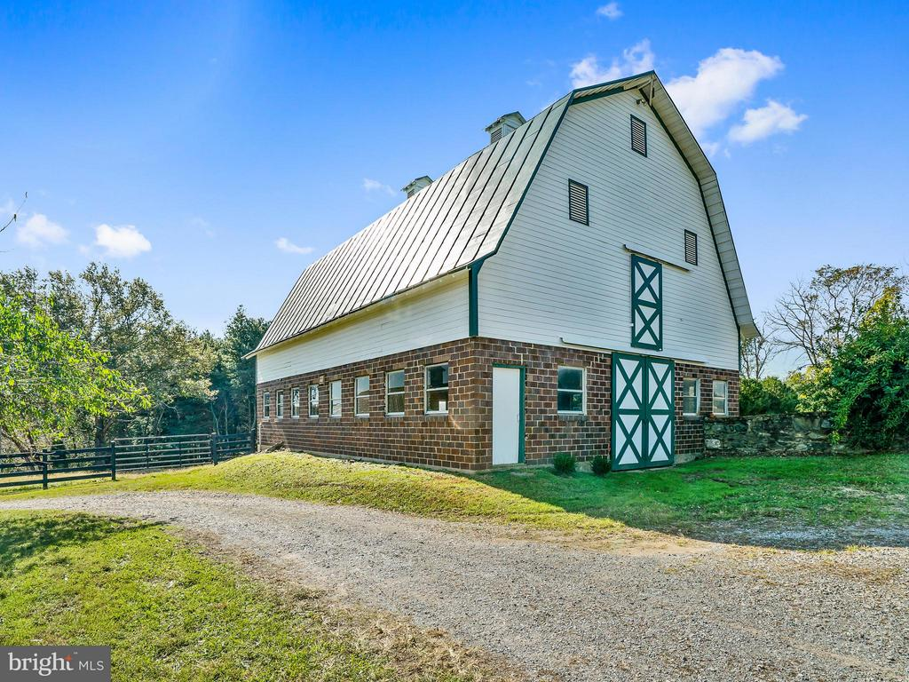 Hay & Dairy Barn - Huge Hay Loft-newly painted - 35175 SNICKERSVILLE TPKE, ROUND HILL