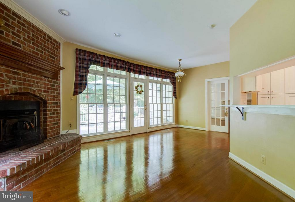 Family Room and breakfast room combo - 6032 LADY SLIPPER LN, MANASSAS