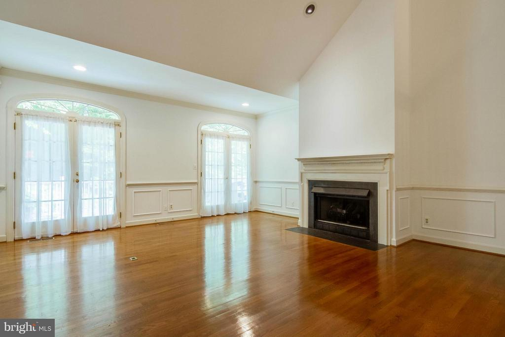 Living Room has a propane fireplace - 6032 LADY SLIPPER LN, MANASSAS