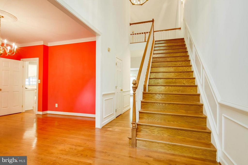 Wide staircase to upper level - 6032 LADY SLIPPER LN, MANASSAS
