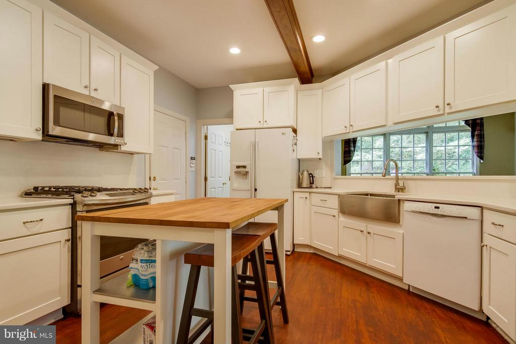 Kitchen has quartz countertops - 6032 LADY SLIPPER LN, MANASSAS