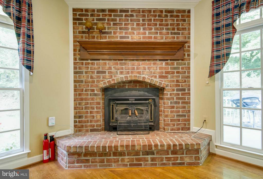 Family Room has wood burning fireplace - 6032 LADY SLIPPER LN, MANASSAS
