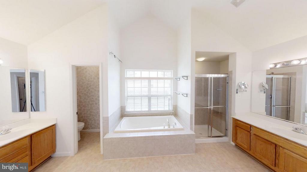 two vanities, soaking tub, upgraded tile - 805 MONUMENT SQ, WOODBRIDGE