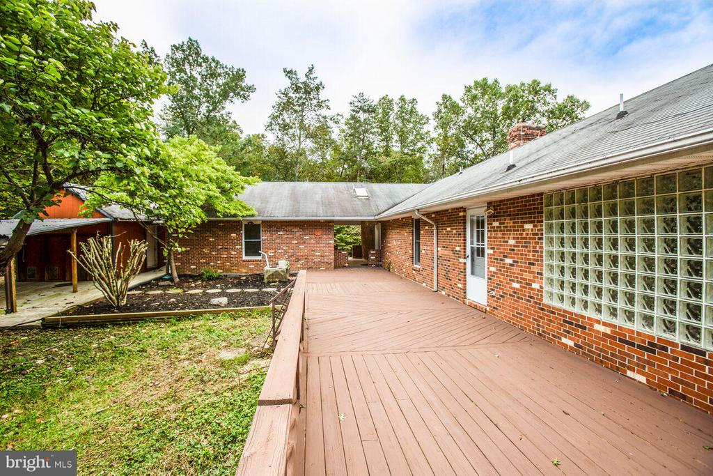 Extra Large Rear Deck - 240 SANDY RIDGE RD, FREDERICKSBURG