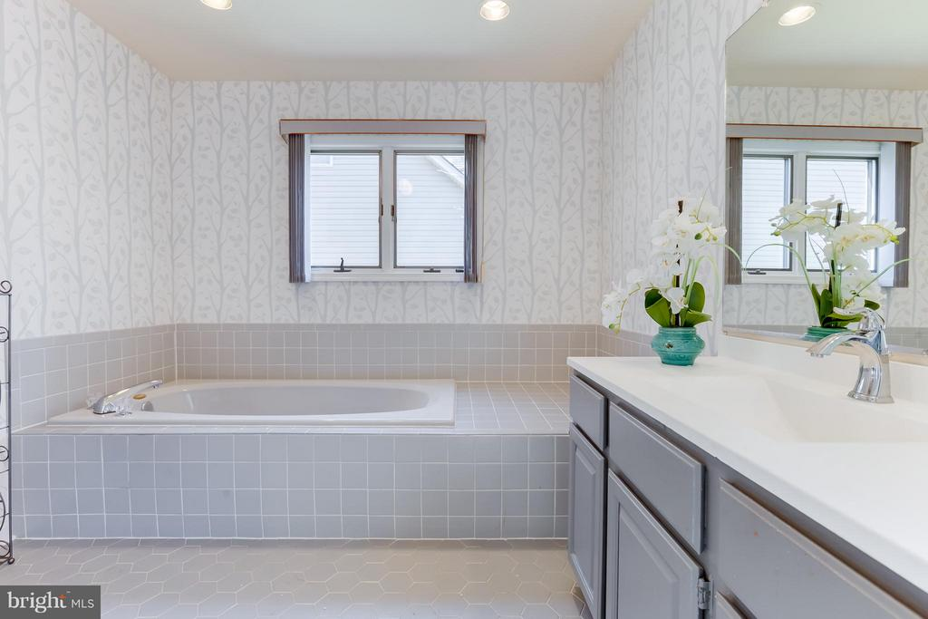 Master Bath w/separate jetted  tub & Shower - 110 SAND TRAP LN, LOCUST GROVE
