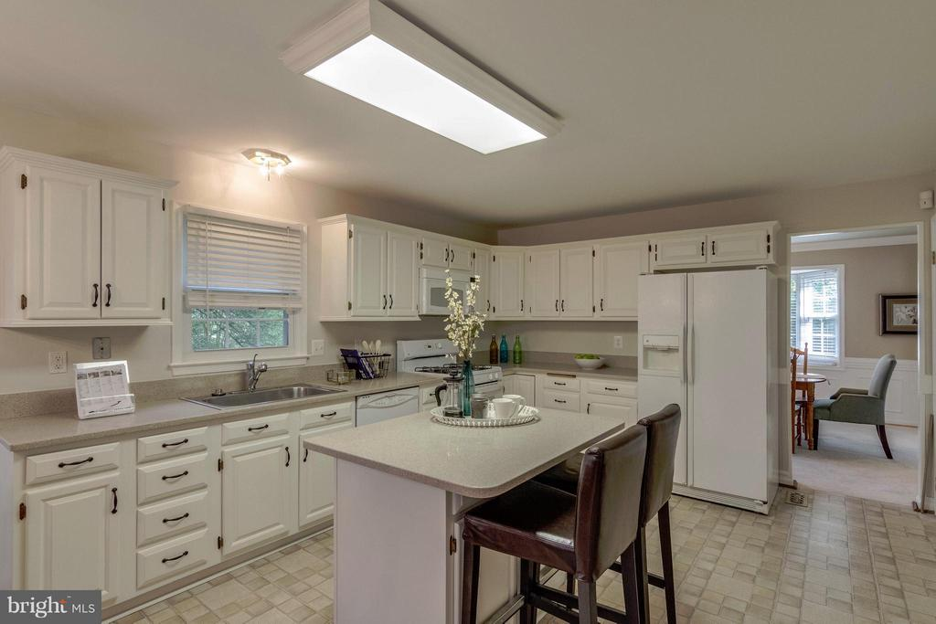 Kitchen - 7111 COUNTER PL, BURKE