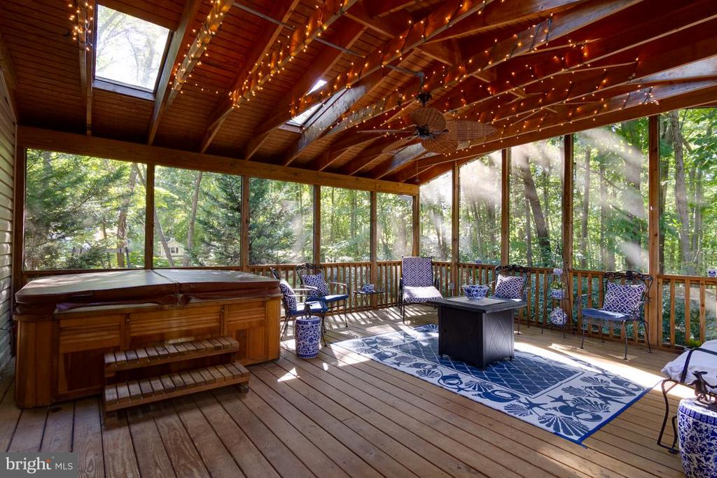 Screened porch with hot tub) - 15698 BEACON CT, DUMFRIES