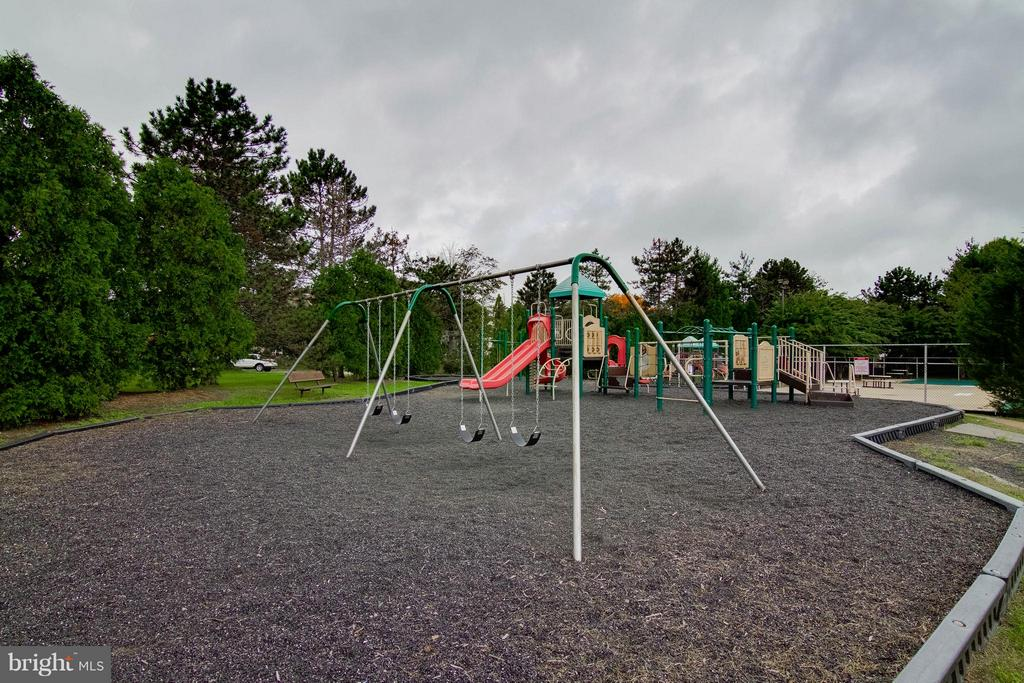 Tot Lot/Playground - 6620 SKY BLUE CT, ALEXANDRIA