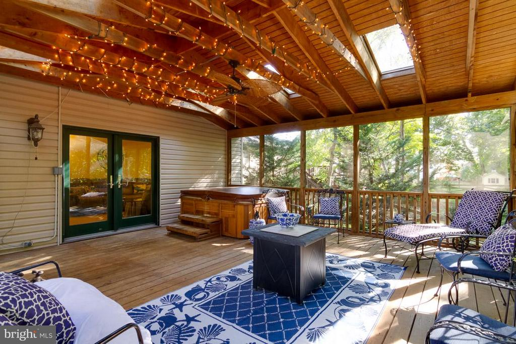 Screened porch with hot tub - 15698 BEACON CT, DUMFRIES