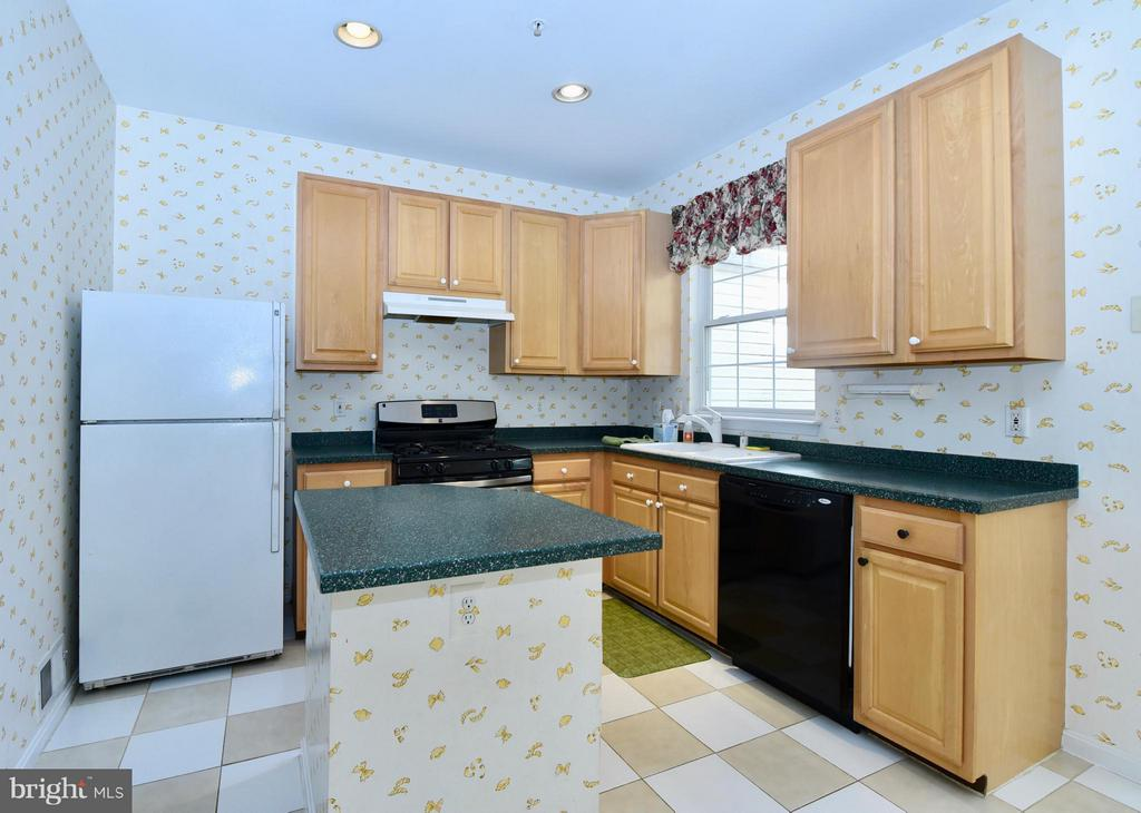 Kitchen with center island - 43172 LAWNSBERRY SQ, ASHBURN