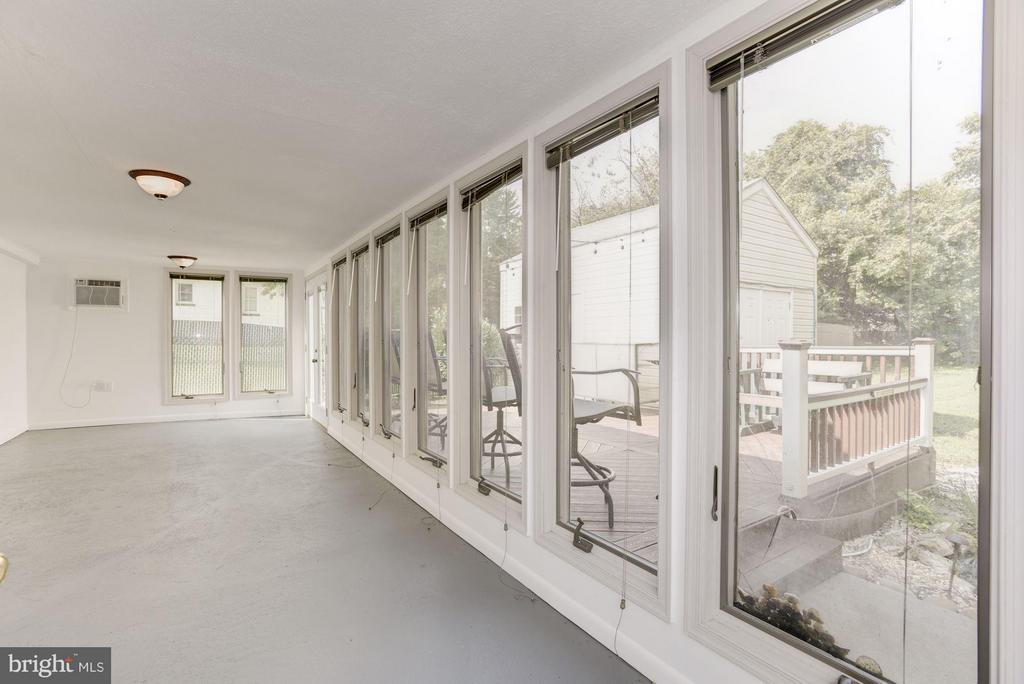 Sunroom overlooking beautiful backyard - 942 FRANKLIN ST, WINCHESTER