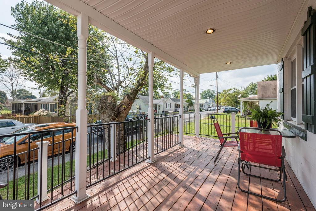 Front Porch - 942 FRANKLIN ST, WINCHESTER