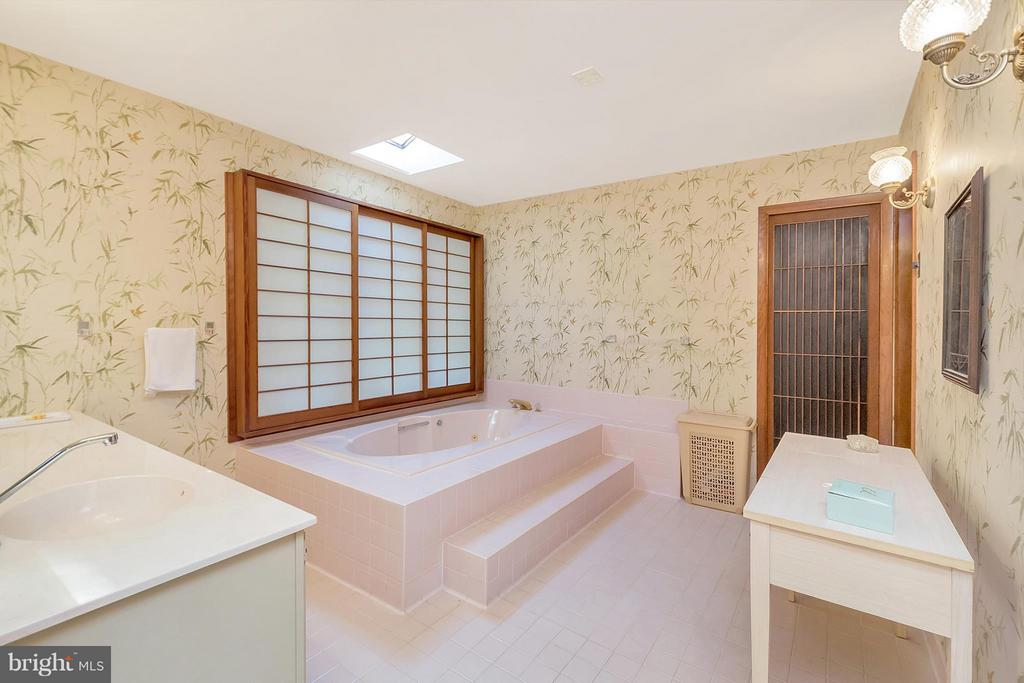 Soak away the day in~your jetted tub. - 111 BOXWOOD TRL, LOCUST GROVE