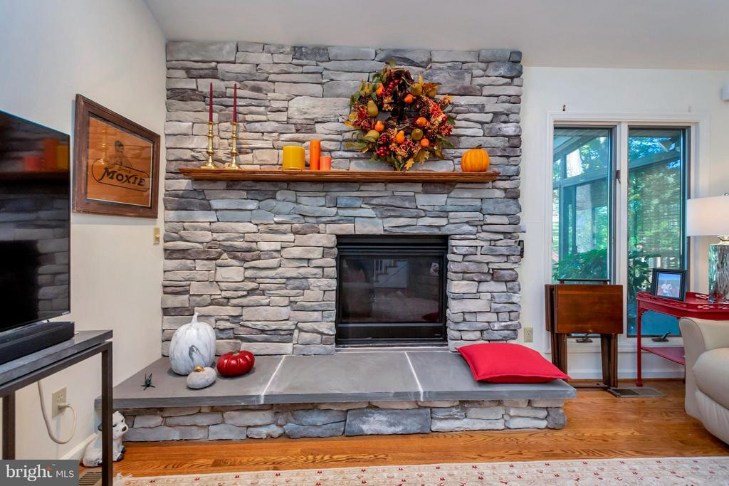 Recently stoned fireplace changes the feel - 542 HARRISON CIR, LOCUST GROVE