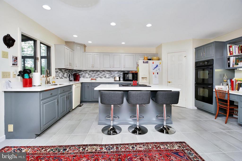 Gourmet Kitchen with all the amenities - 542 HARRISON CIR, LOCUST GROVE