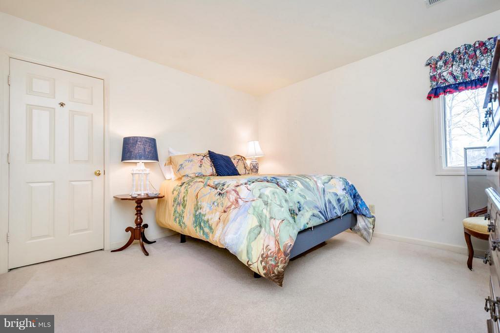 Spacious bedroom #2 located on upper level - 542 HARRISON CIR, LOCUST GROVE
