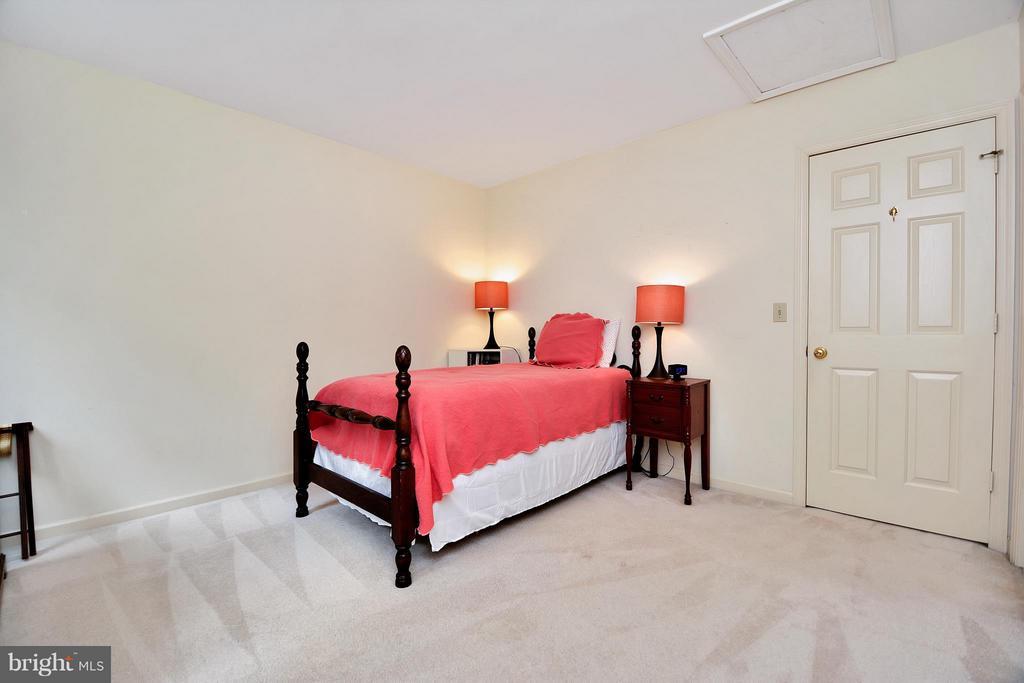 Another light-filled bedroom on upper level - 542 HARRISON CIR, LOCUST GROVE