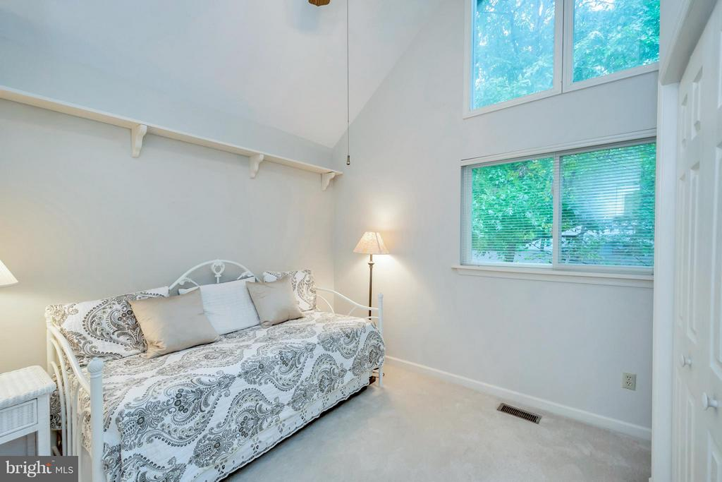Bright and airy~guest room or office - 215 SKYLINE RD, LOCUST GROVE