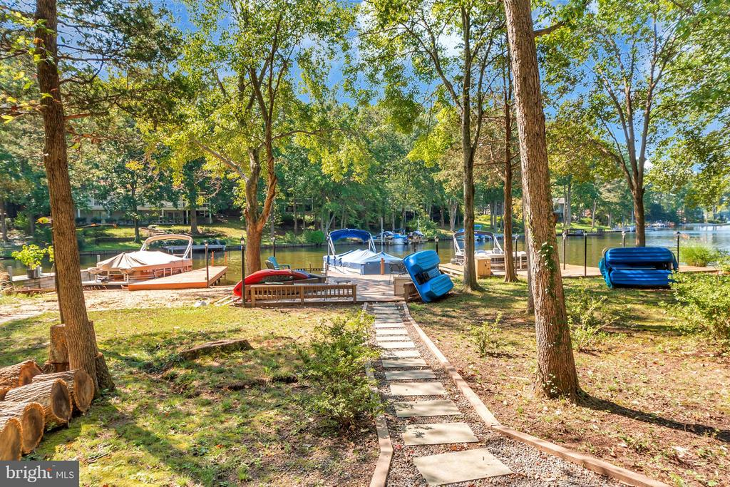 Nice level yard leads to your waterfront oasis - 215 SKYLINE RD, LOCUST GROVE