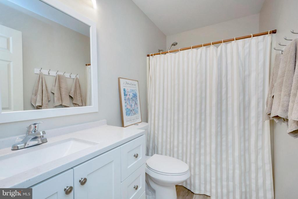 Recently renovated upper level bath is gorgeous! - 215 SKYLINE RD, LOCUST GROVE