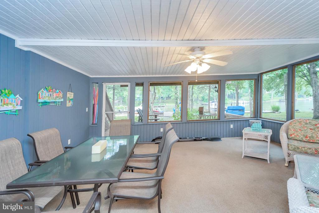 Fantastic enclosed porch to beat the heat - 215 SKYLINE RD, LOCUST GROVE