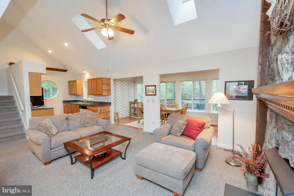 The perfect floor plan for entertaining! - 215 SKYLINE RD, LOCUST GROVE