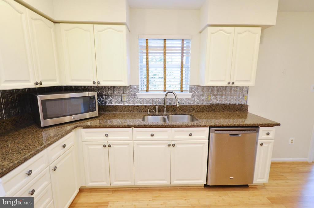 Kitchen with Stainless Steel Appliances - 833 TALL OAKS SQ SE, LEESBURG
