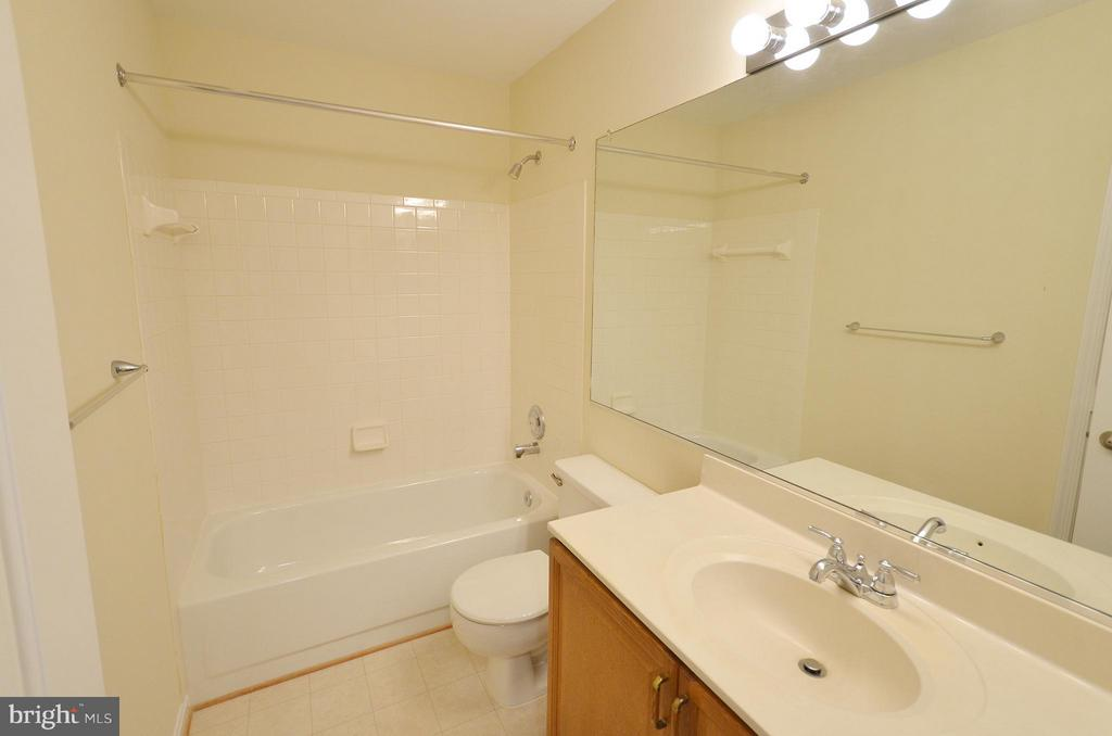 Hall Bathroom - 833 TALL OAKS SQ SE, LEESBURG