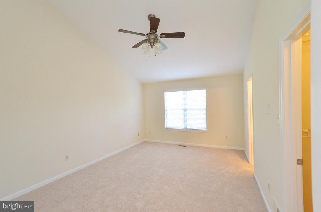 Large Master Bedroom - 833 TALL OAKS SQ SE, LEESBURG