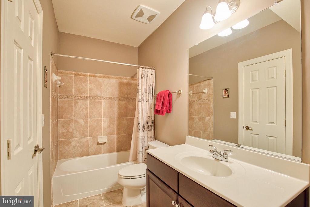 Lower Level Full Bath - 17331 WESTHAM ESTATES CT, HAMILTON
