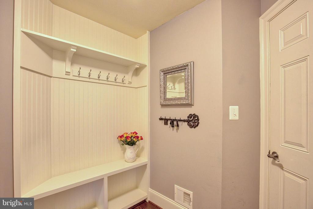 Mud Room with Custom - 17331 WESTHAM ESTATES CT, HAMILTON