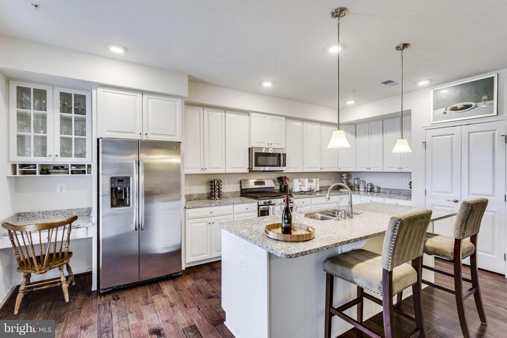 Stunning white kitchen - 265 HIGH RAIL TER SE, LEESBURG