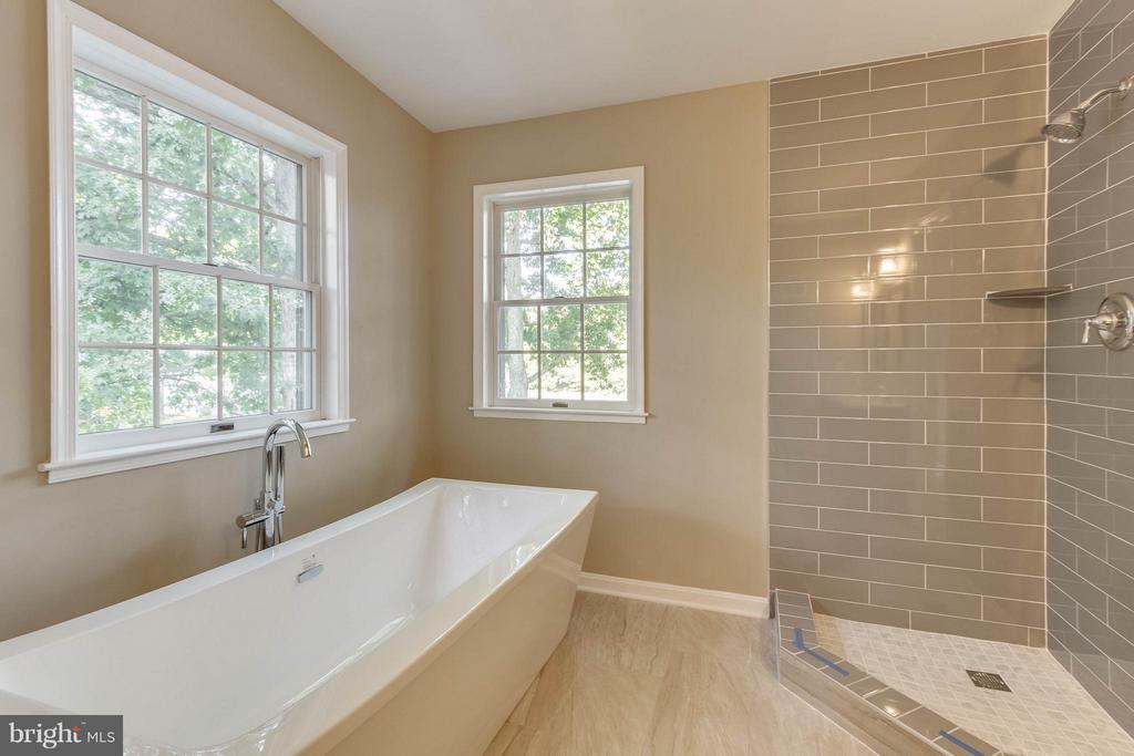 light filled master bath! shwr glass doors coming! - 15902 DOLPHIN DR, DUMFRIES