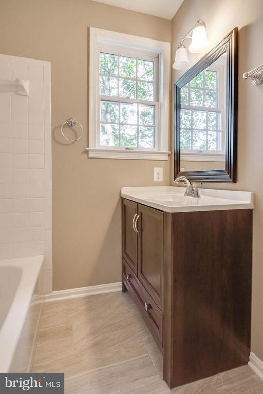 2nd Bath upstairs - 15902 DOLPHIN DR, DUMFRIES