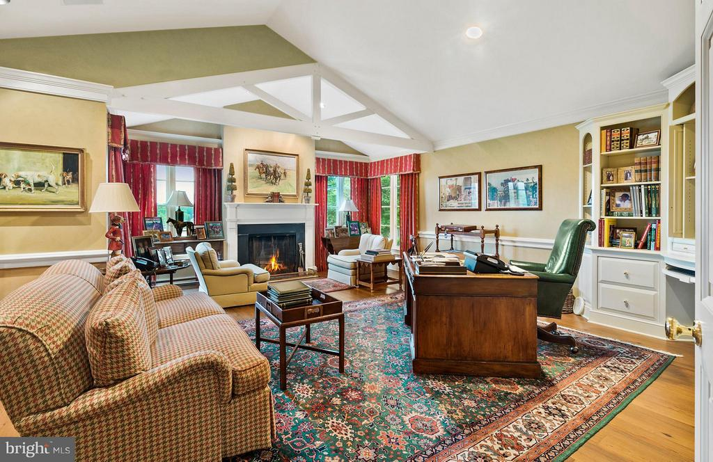 Well appointed office with FP, pvt bath and wetbar - 33542 NEWSTEAD LN, UPPERVILLE