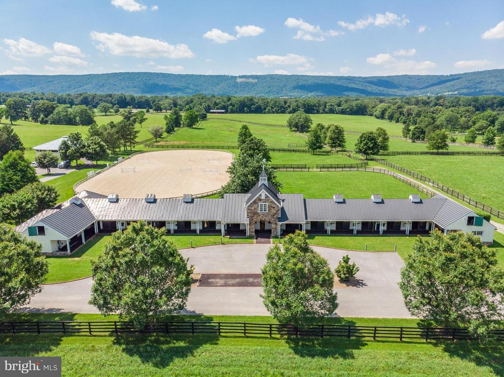 Show Barn with 12 stalls , 2BR apartment, office. - 33542 NEWSTEAD LN, UPPERVILLE