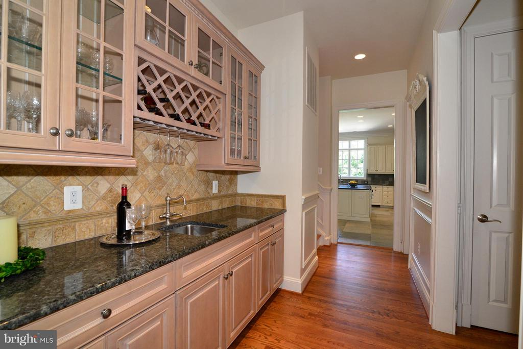 Butler's pantry adjacent to Dining Room - 41738 PUTTERS GREEN CT, LEESBURG
