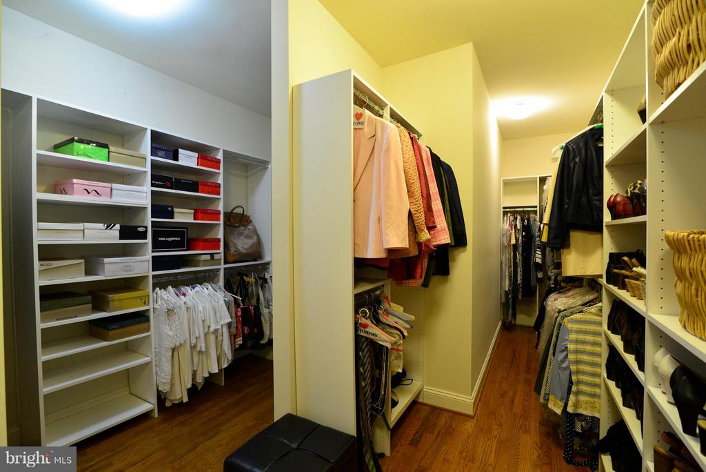 Large Walk-in-closet - 41738 PUTTERS GREEN CT, LEESBURG