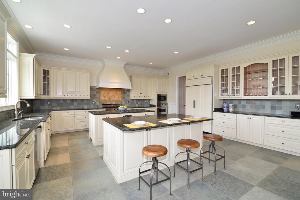 Freshly painted cabinets - 41738 PUTTERS GREEN CT, LEESBURG