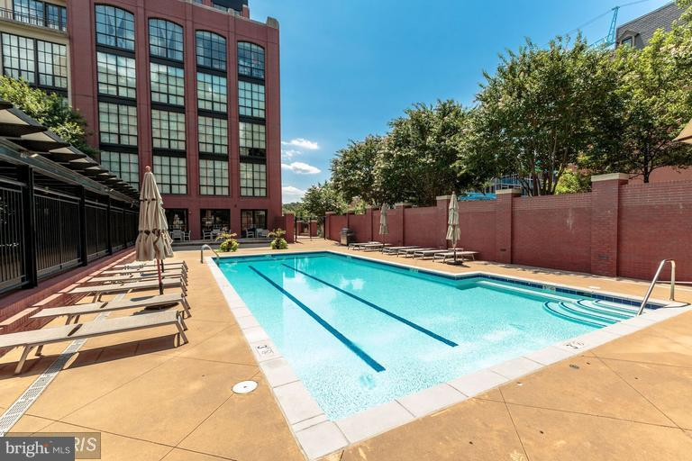Great Pool with grill - 1600 CLARENDON BLVD #W108, ARLINGTON
