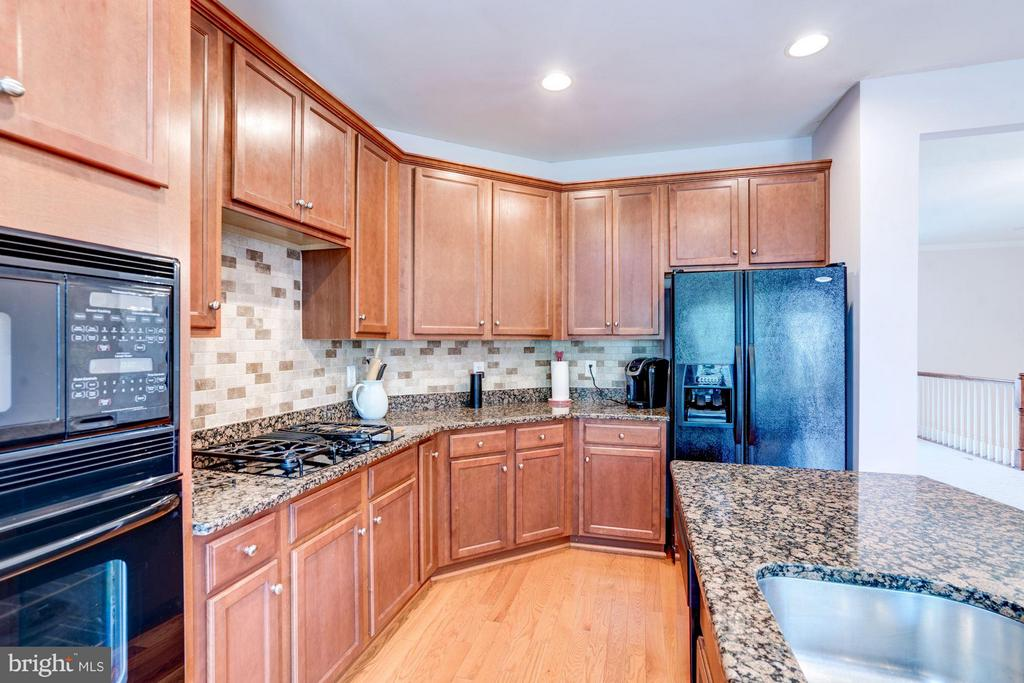 GRANITE COUNTERS AND TILE BACKSPLASH - 41909 MORELAND MINE TER, ALDIE