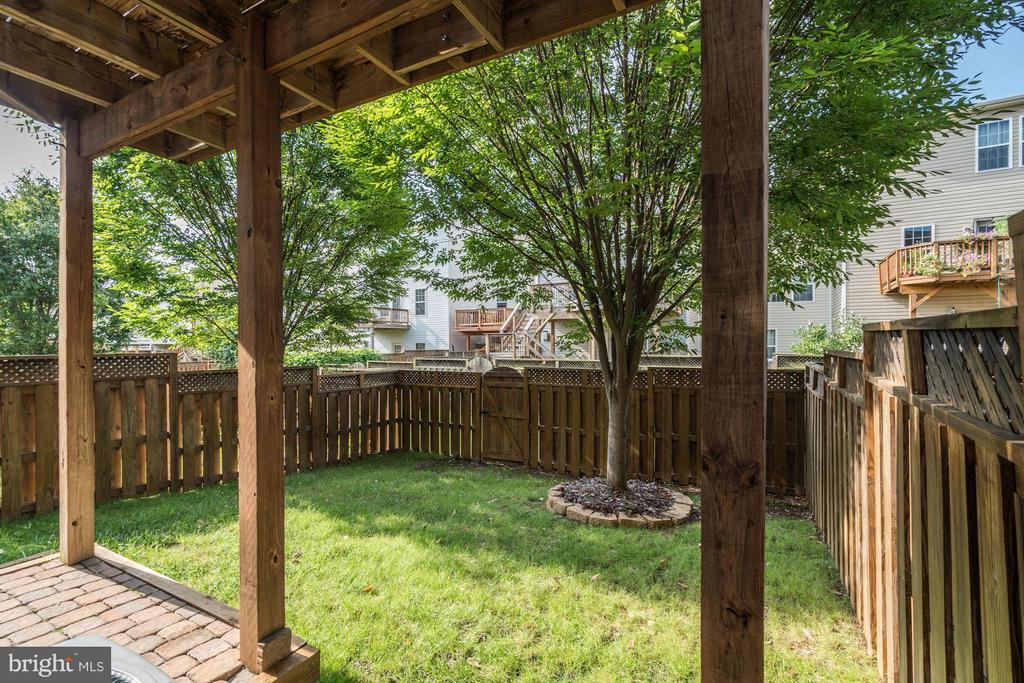 YARD WITH A PATIO - 41909 MORELAND MINE TER, ALDIE
